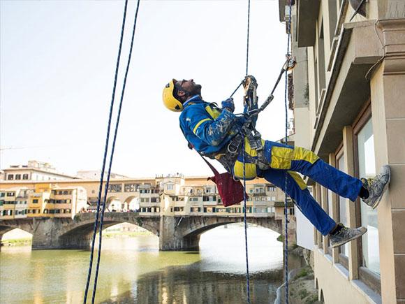 Edilizia acrobatica (photo credit ediliziacrobatica.com)