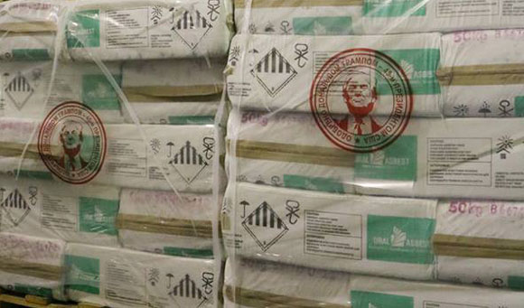 Il faccione di Trump sugli imballaggi di amianto Uralasbest (dalla pagina Facebook)