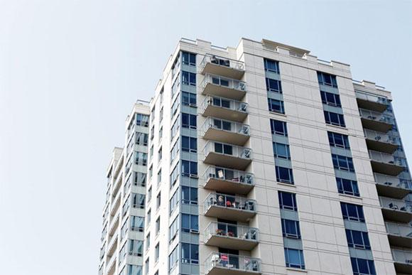 In questi condomini tutti gli appartamenti sono costruiti con pareti esterne vuote che hanno aria circolante.