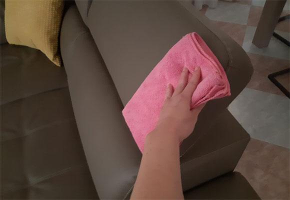 Pulire il divano in ecopelle ©